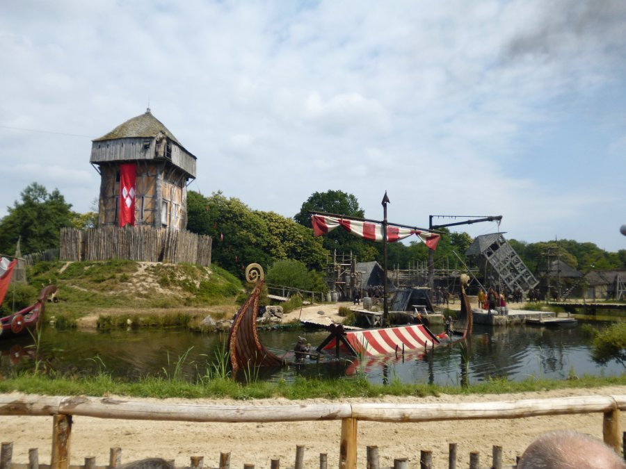 The boat that emerged from the water disappears again under the water at Puy du Fou